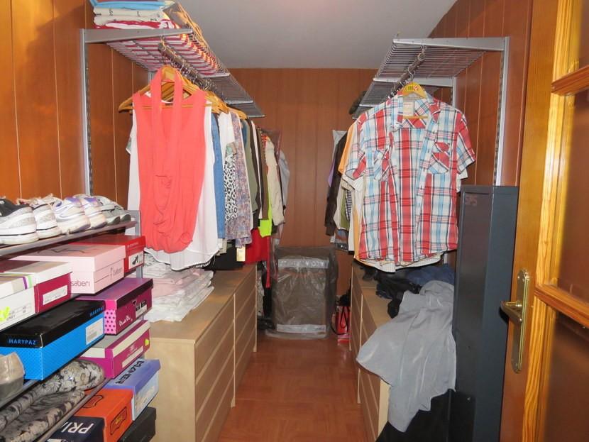 Walk in wardrobe - 4 bedroom 3 bathroom Olocau