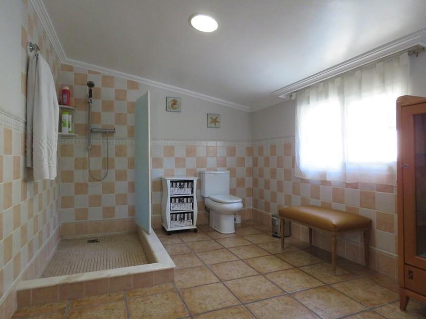 Upstairs bathroom - 4 bedroom 3 bathroom Olocau