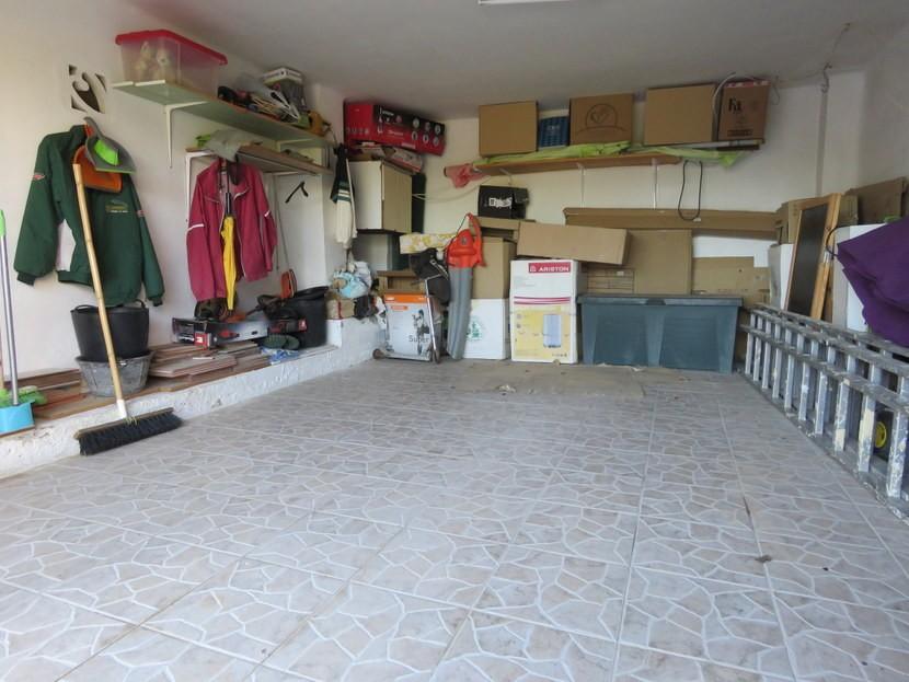 Garage  - 4 bed 1 bath Villa Vilamarchante