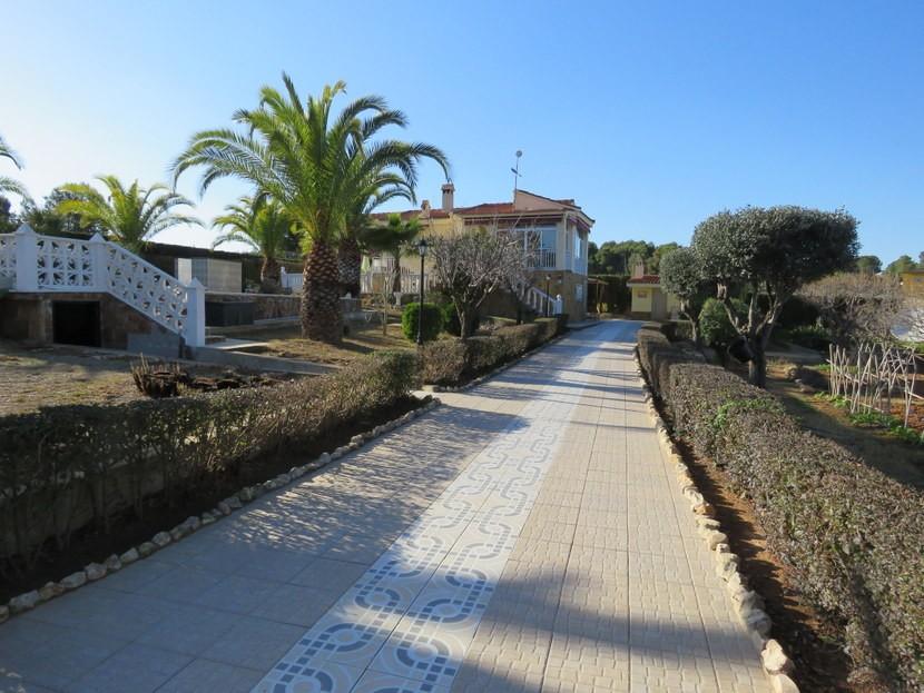 Long driveway  - 4 bed 1 bath Villa Vilamarchante