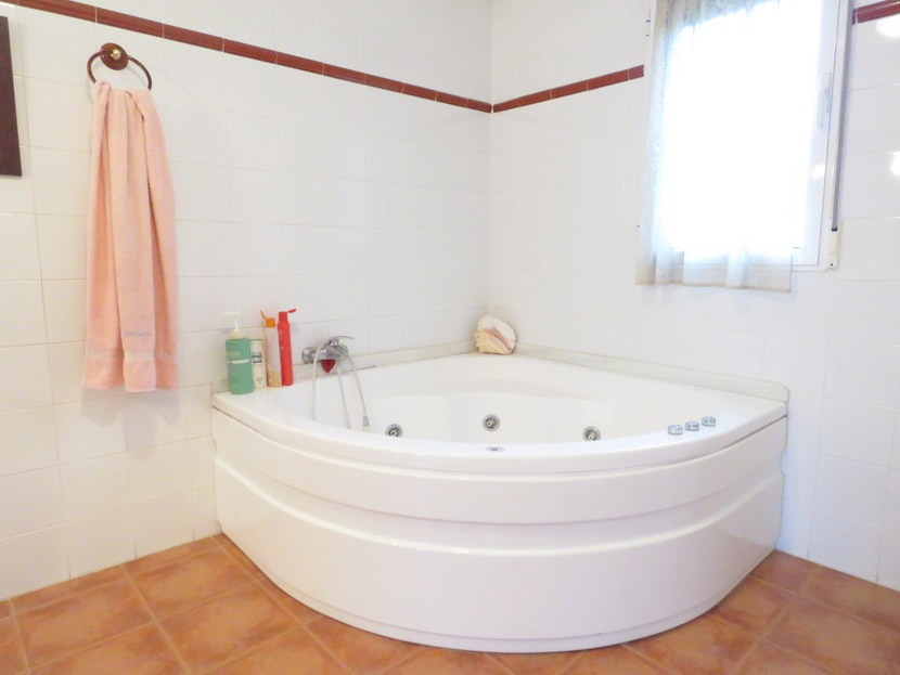 Corner jacuzzi bath  - 4 bedroom 2 bathroom villa Villamarchante