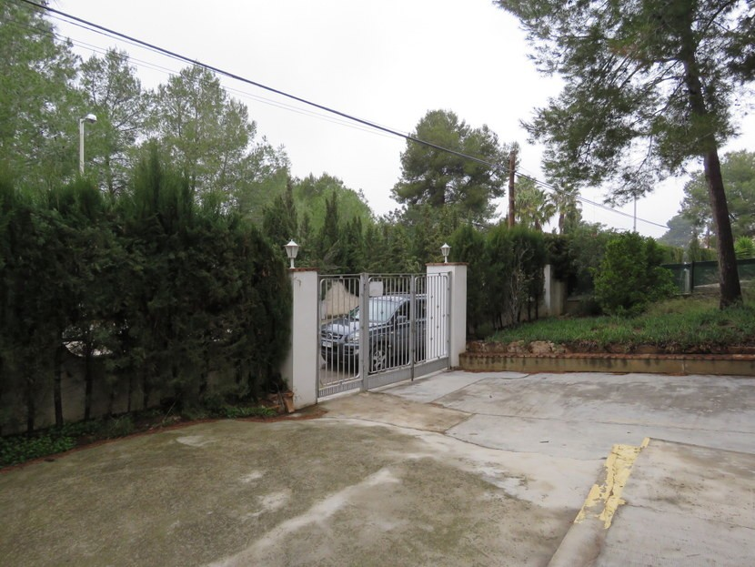 Gated driveway  - 4 bedroom 2 bathroom villa Villamarchante