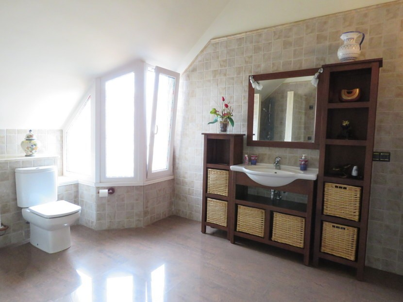 Family bathroom  - 5 bed 2 bathroom Almussafes