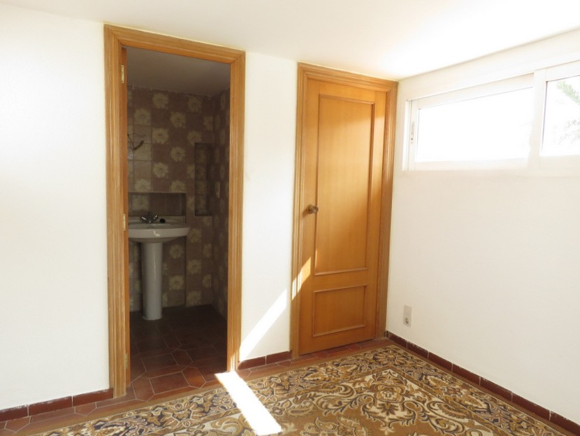 Guest toilet and storage room  - 7 bed 3 bath Picassent