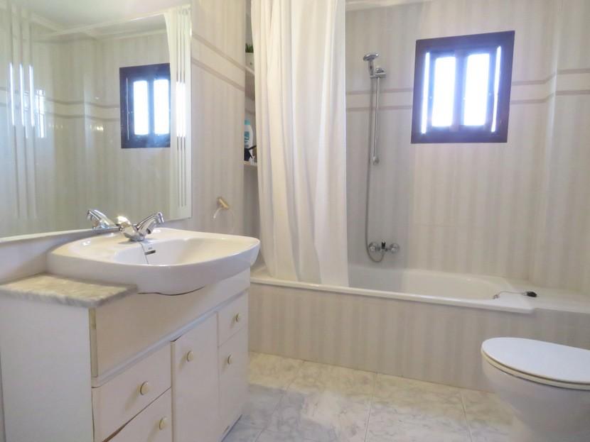 Family bathroom  - 4 bed 2 bath Godelleta