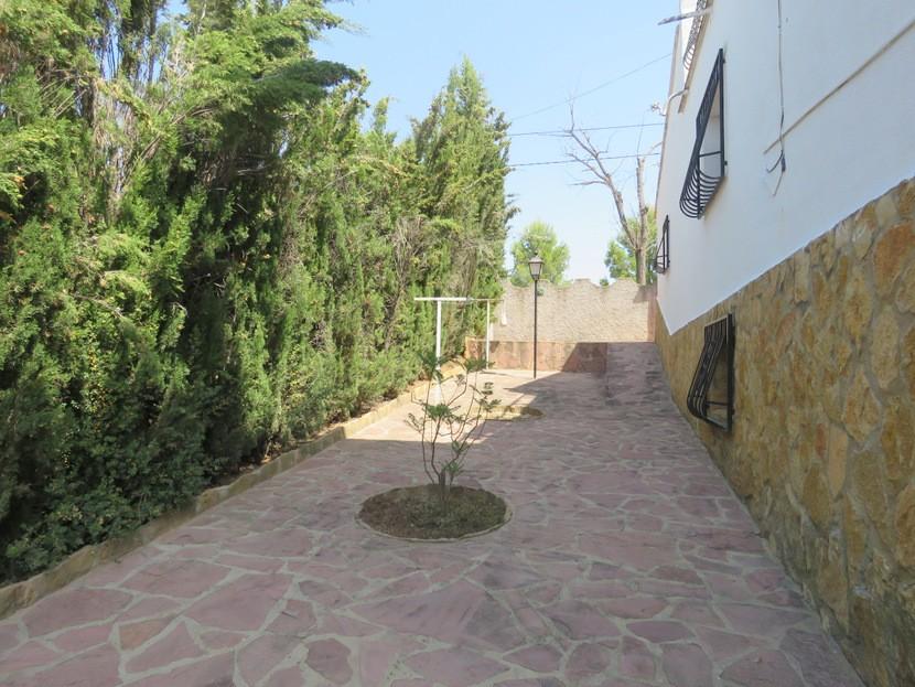 Paved garden  - 4 bed 2 bath Godelleta