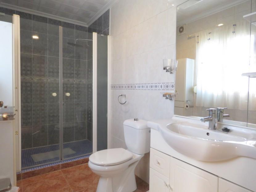 Family bathroom - 3 bed 1 bath Montroy