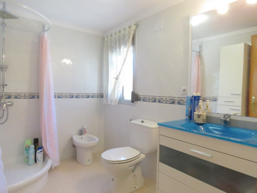 2nd bathroom  - 4 bed 2 bath Domeño