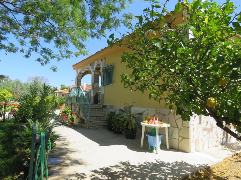Fruit trees  - 4 bed 2 bath Domeño