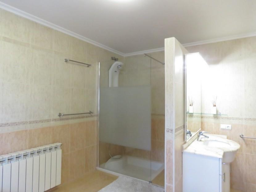 Shower in 2nd bathroom  - 4 bed 2 bath Torrente