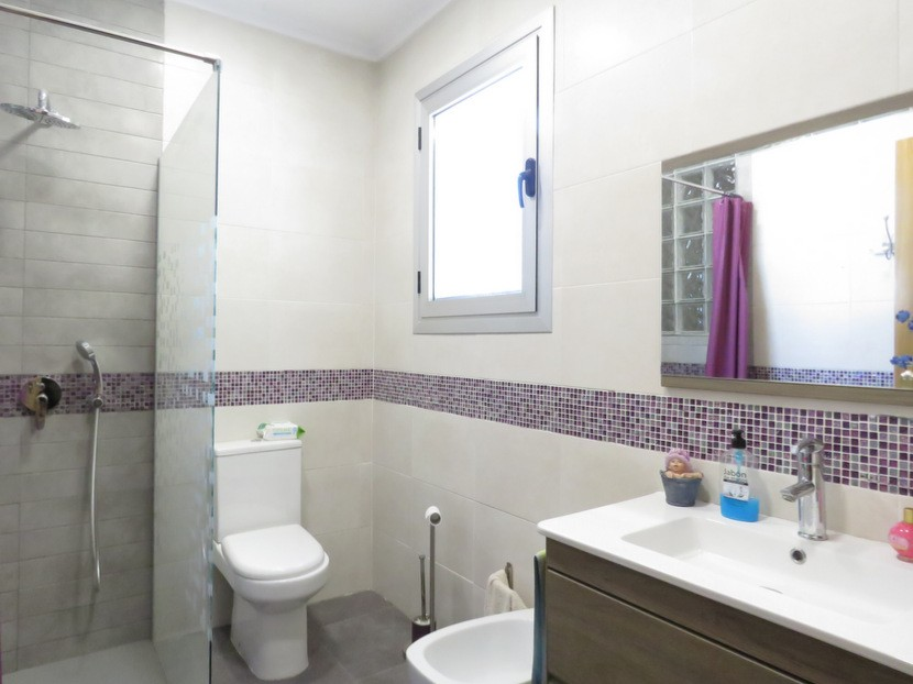 1st bathroom - 6 bed 4 bath Lliria
