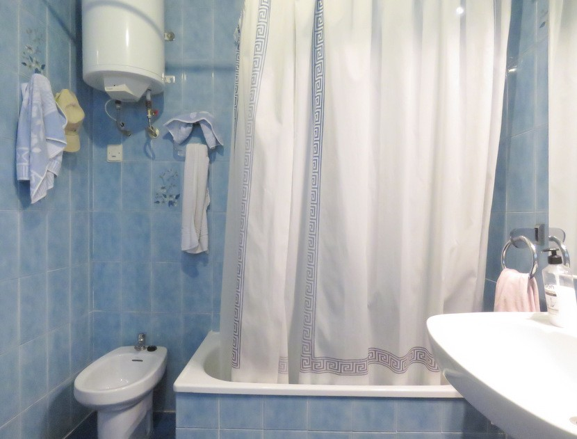1st bathroom  - 5 bed 2 bath Montserra