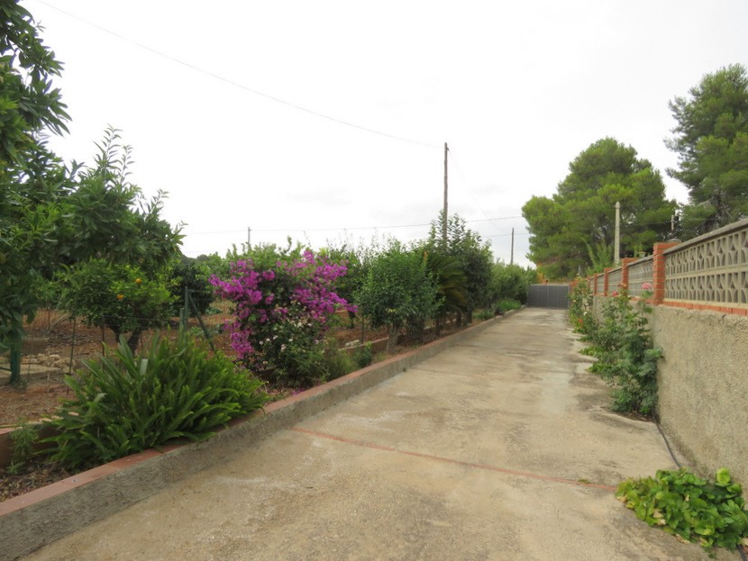 Driveway  - 5 bed 2 bath Montserrat