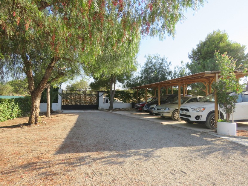 Gated driveway and car port - 3 bed 1 bath Betera