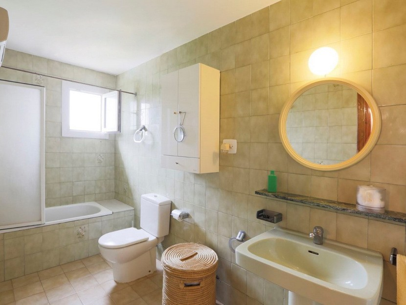 1st bathroom - 6 beds 3 baths Torrent