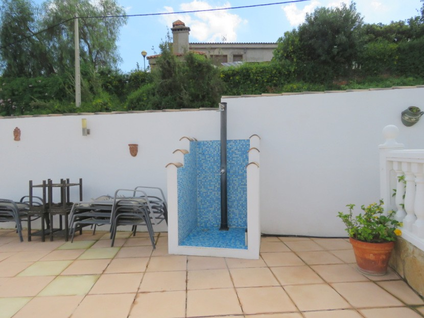 Outdoor shower  - 3 bed 2 bath Montroy