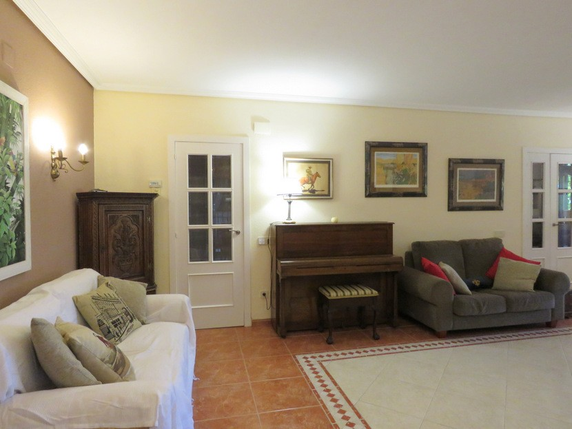 Living room - 6 bed 3 bath Torrent
