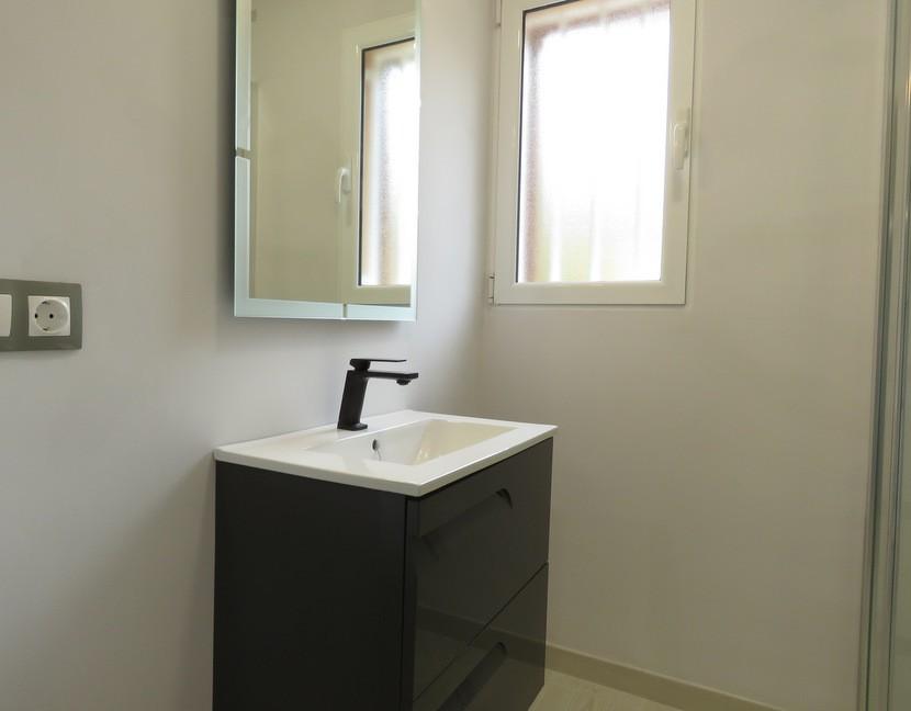 1st bathroom  - 5 bed 3 bath Chiva