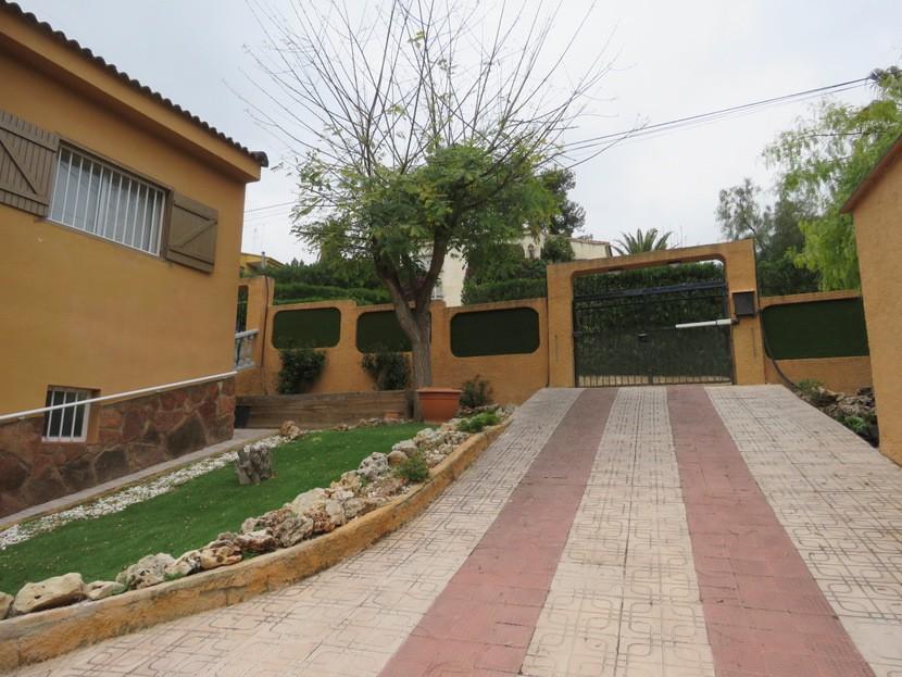 Driveway  - 5 bed 3 bath Chiva
