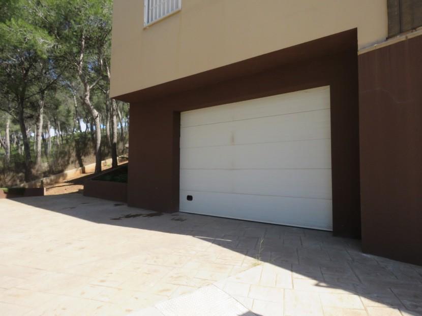 Garage door  - 4 bed 2 bath Torres Torres