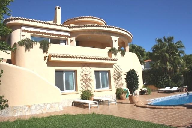 Quality detached villa with sea views